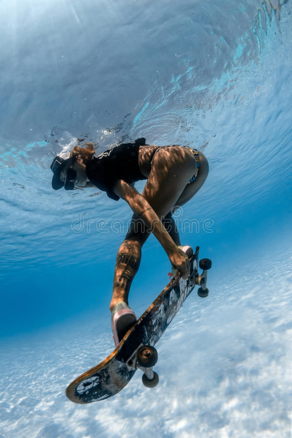 Undervattens- Skateboarding arkivfoton