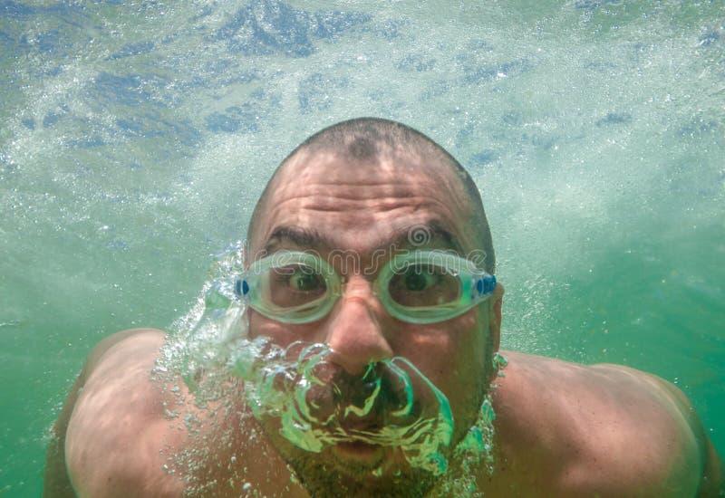Undervattens- skyddsglasögon för rolig manlig framsida arkivbild