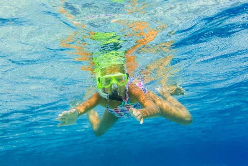 Undervattens- snorkla för flicka arkivfoto