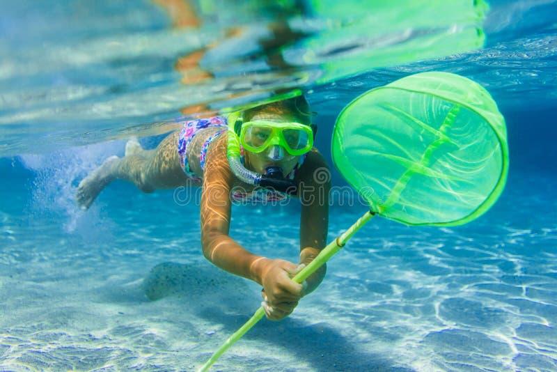Undervattens- snorkla för flicka arkivbilder