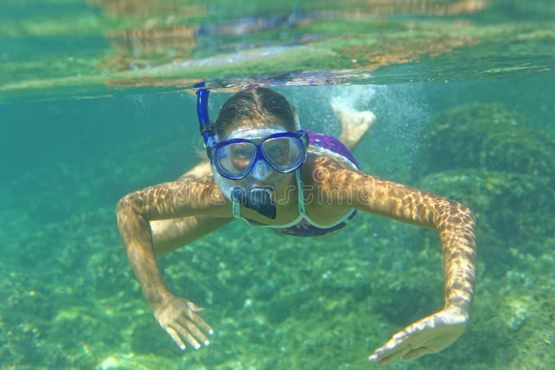 Undervattens- snorkla för flicka royaltyfria foton