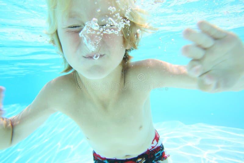 Undervattens- stående av den unga pojken royaltyfri foto