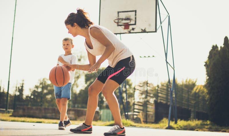 Undervisa dem att sporten är viktig royaltyfri bild