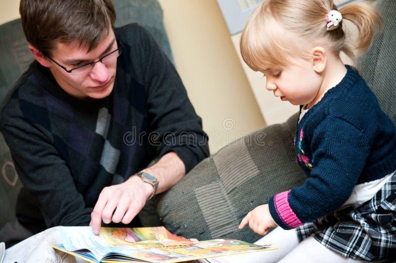 Undervisande dotter för fader royaltyfri fotografi