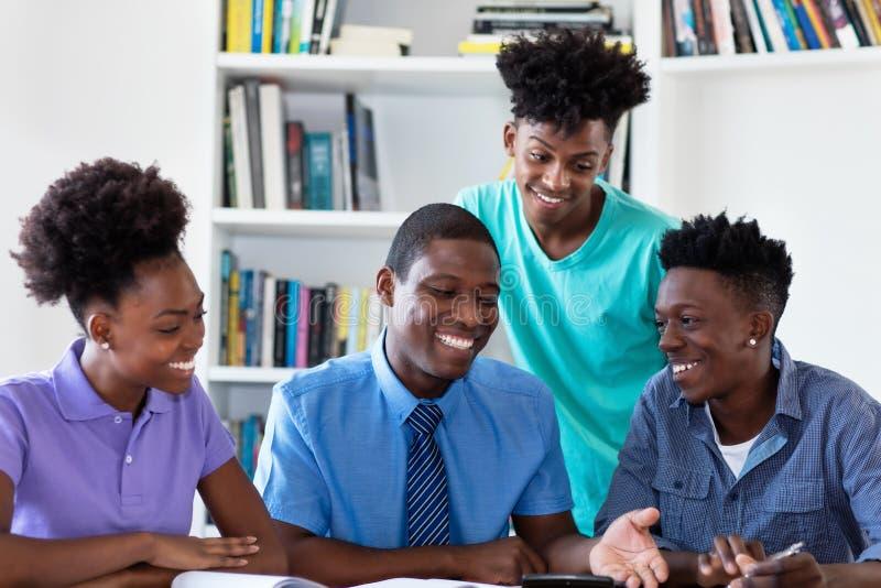 Undervisande studenter för afrikansk amerikanprofessor royaltyfria foton