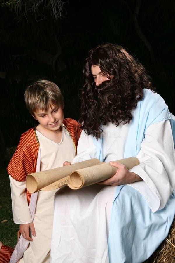 undervisar religiösa scriptures för man royaltyfri foto
