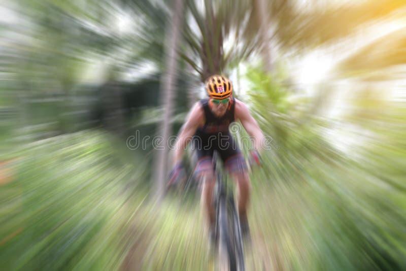 Undeutlich vom Sport Mountainbikeradfahrer, der einzelne Bahn und C reitet stockbild