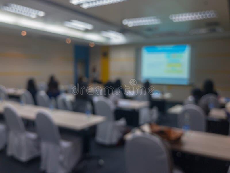 Undeutlich von den Leuten im Seminarraum stockfoto