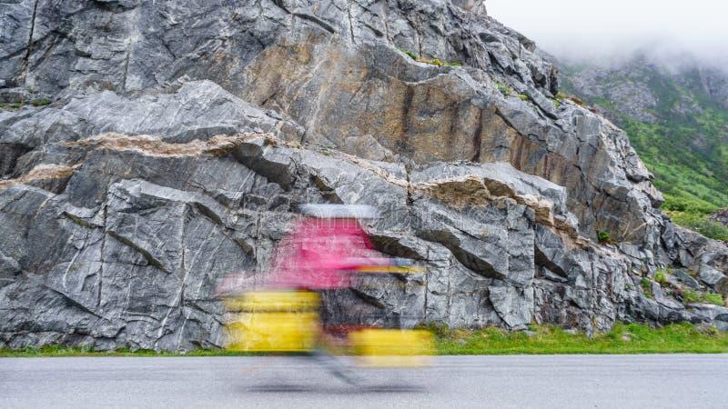 Undeutliche Person, die Fahrrad in den Bergen fährt lizenzfreie stockfotografie