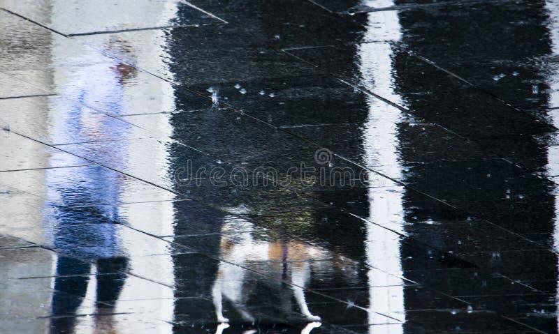 Undeutliche Reflexionsschattenschattenbilder eines älteren Personengehens lizenzfreie stockfotos