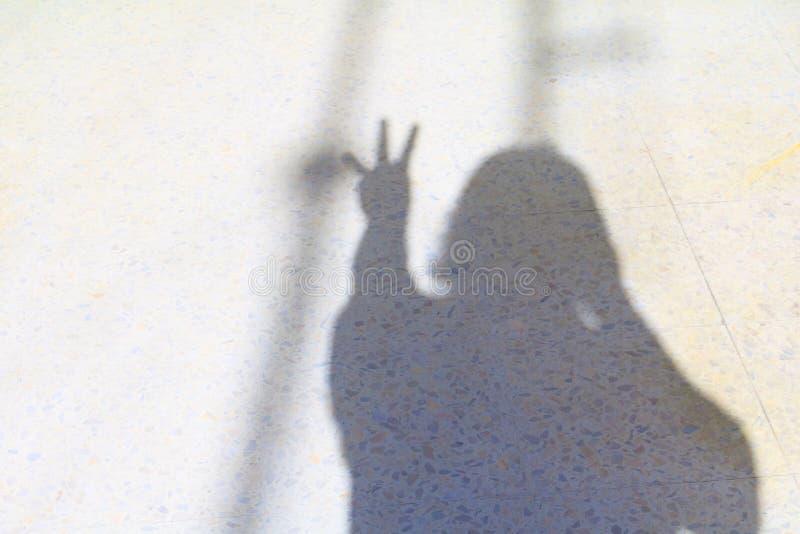 Undeutliche Schatten von Leuten und von Hand zeigen die Zählung von Nr. drei auf Terrazzoboden Halloween-Konzept lizenzfreie stockbilder