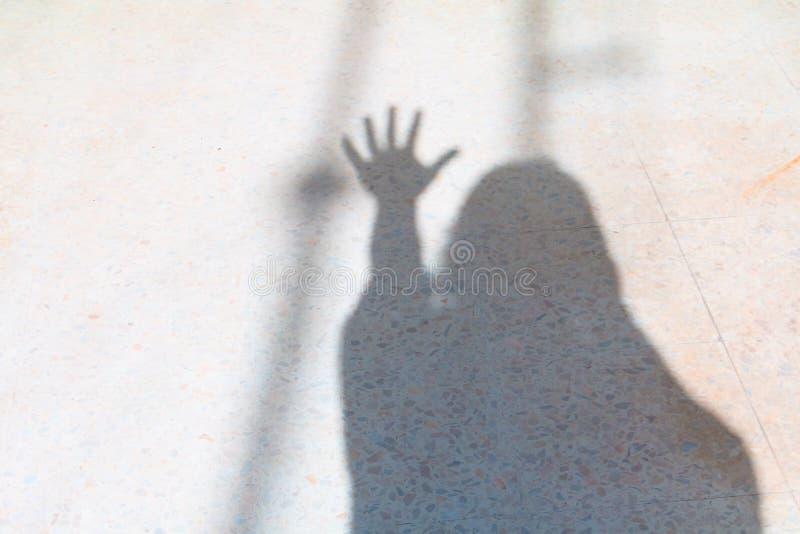 Undeutliche Schatten von Leuten und von Hand zeigen die Zählung von Nr. fünf auf Terrazzoboden-Halloween-Konzept stockfotos