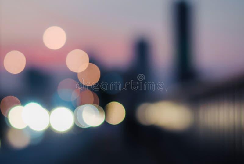 Undeutliche Sonnenuntergangstadt auf der Brücke in Bangkok, Thailand Auszug unscharfer Hintergrund lizenzfreie stockfotos