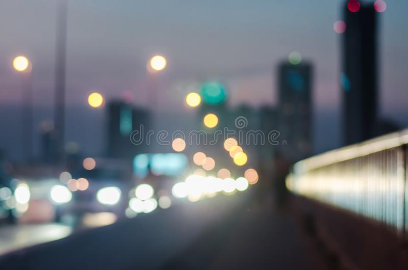Undeutliche Sonnenuntergangstadt auf der Brücke in Bangkok, Thailand Auszug unscharfer Hintergrund stockfoto