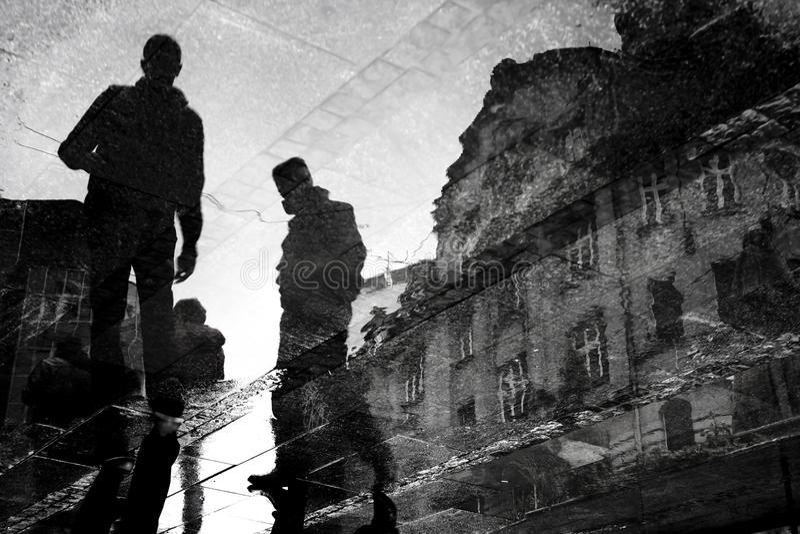 Undeutliche Stadtstraßenreflexion der jungen Männer gehende stockfotos