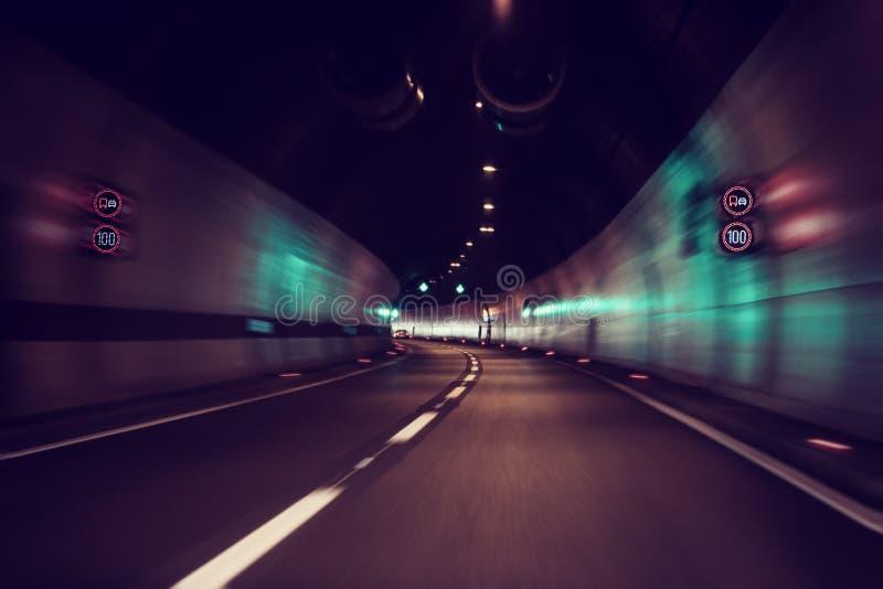 Undeutlicher Autotunnel mit Lichtern, Bewegungsunschärfehintergrund, Linkskurve lizenzfreie stockfotos