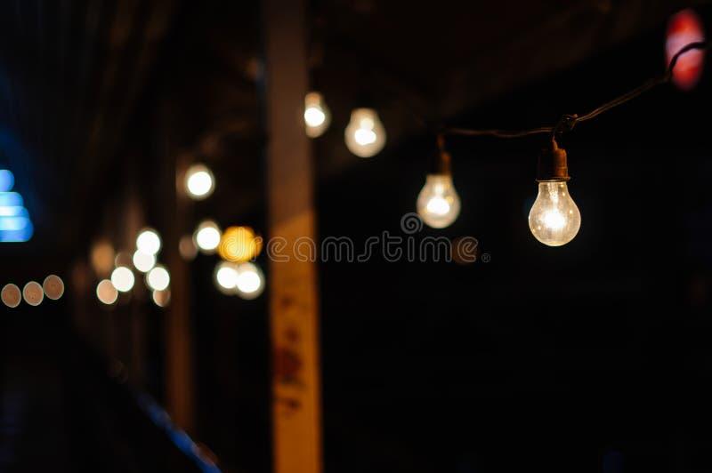Undeutlicher Hintergrund - Birnenlicht im Mitternacht stockfoto