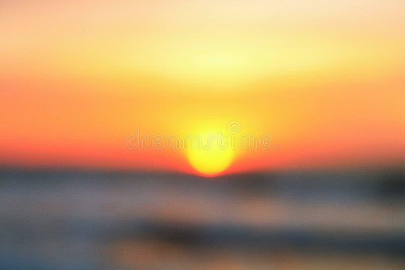 Undeutlicher Sonnenaufgangstrand stockbild