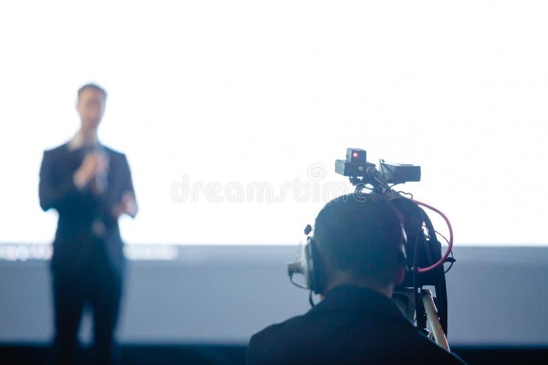 Undeutliches Bild des Videokamerasatzrekordsprechers und -publikums im Konferenzsaalseminarereignis Generalversammlung, Ausstellu lizenzfreies stockbild