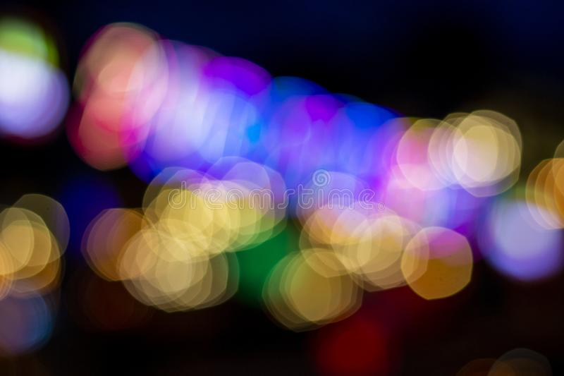 Undeutliches Nachtlicht auf dunklem Hintergrund Unscharfe Ansicht des Stadtnachtlebens im Freien Glühende Ablichtung stockfoto