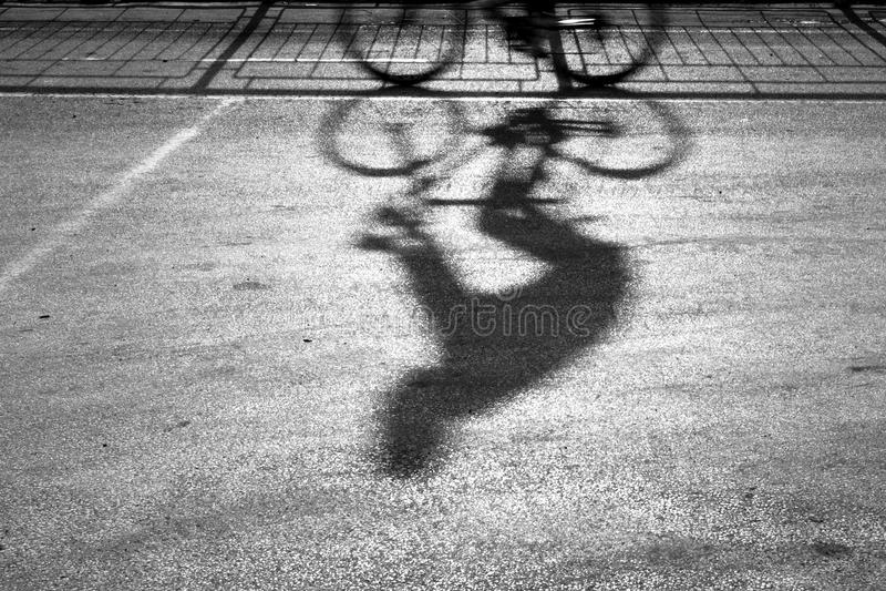 Undeutliches Radfahrerschattenbild und -schatten stockbild