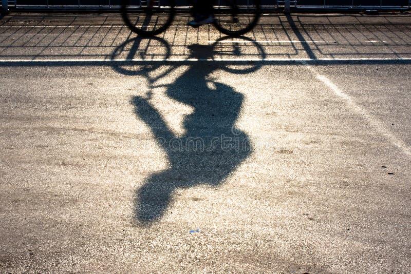 Undeutliches Radfahrerschattenbild und -schatten stockfotos