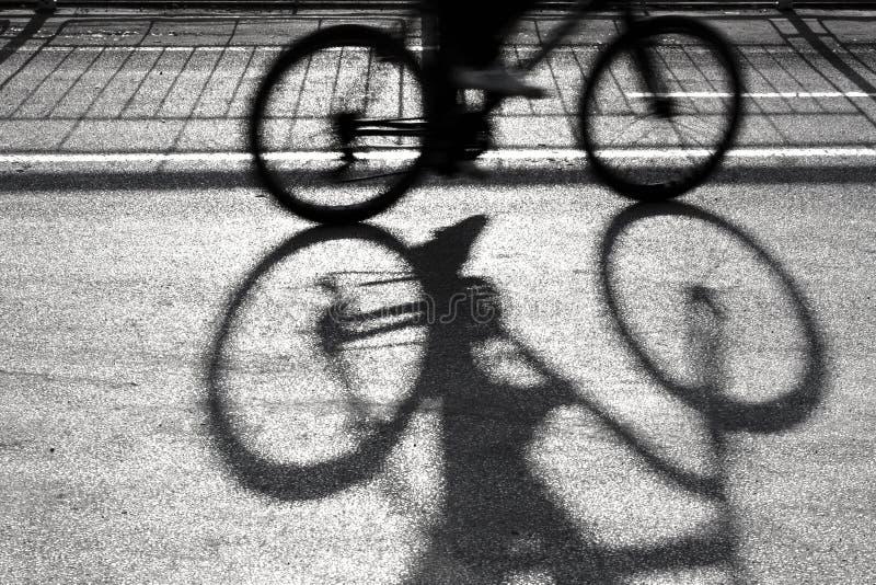 Undeutliches Radfahrerschattenbild und -schatten lizenzfreies stockbild