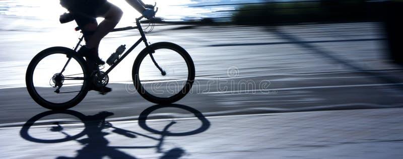 Undeutliches Radfahrerschattenbild und -schatten stockfoto