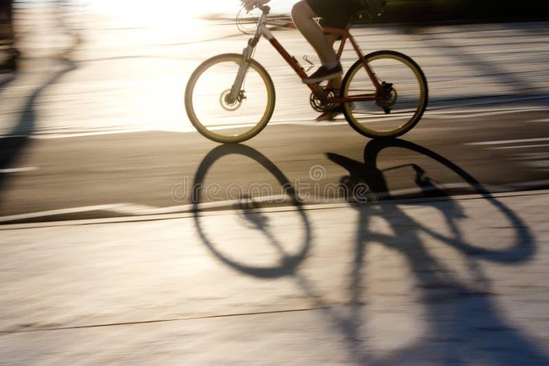 Undeutliches Radfahrerschattenbild und -schatten auf einem Radweg lizenzfreie stockfotografie