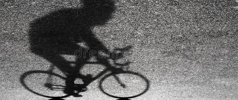 Undeutliches Schattenbild und Schatten eines Berufsradfahrers lizenzfreies stockfoto