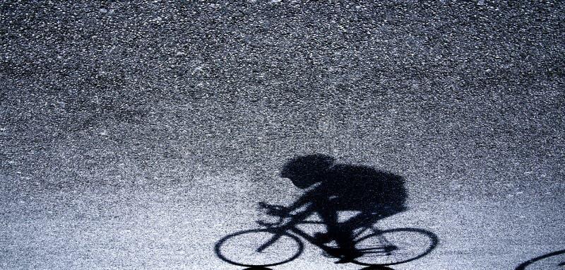 Undeutliches Schattenbild und Schatten eines Berufsradfahrers stockbilder