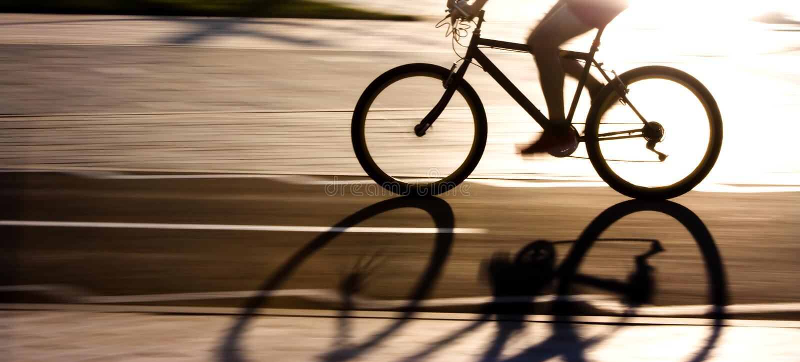 Undeutliches Verschiebenschattenbild und Schatten eines Radfahrers lizenzfreie stockfotografie