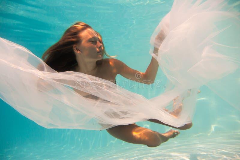 Undewater da mulher na piscina imagens de stock royalty free