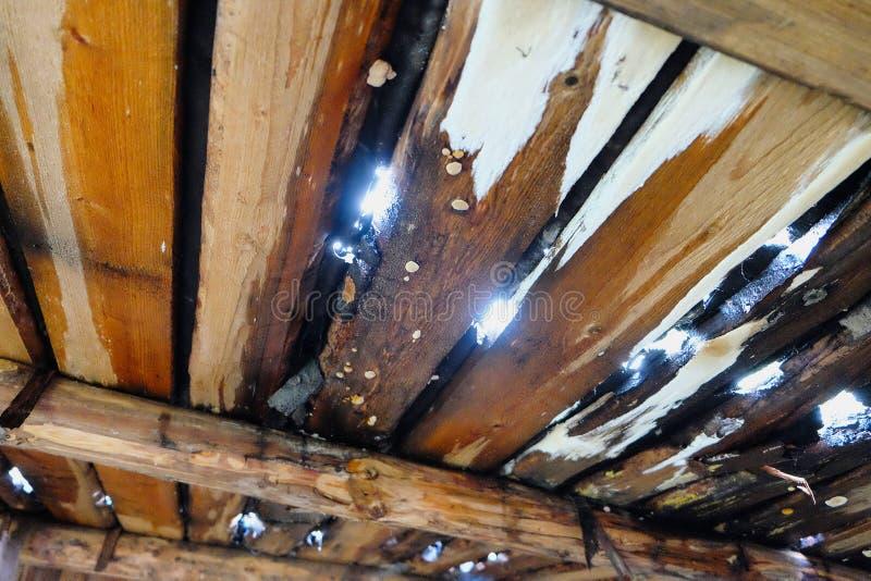 Undichtes hölzernes Dach stockfotos