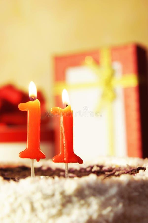 Undici anni Torta di compleanno con le candele burning fotografia stock libera da diritti