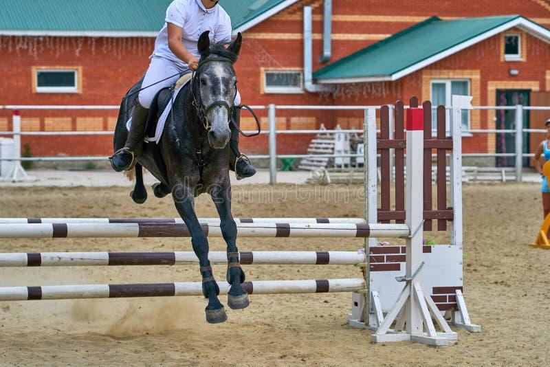Undory Ulyanovsk region, Ryssland - September 2, 2018: Flickaryttaren som rider en häst, utför på rid- konkurrenser arkivfoton