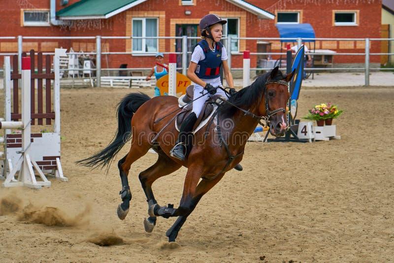 Undory Ulyanovsk region, Ryssland - September 2, 2018: Flickaryttaren som rider en häst, utför på rid- konkurrenser arkivbilder