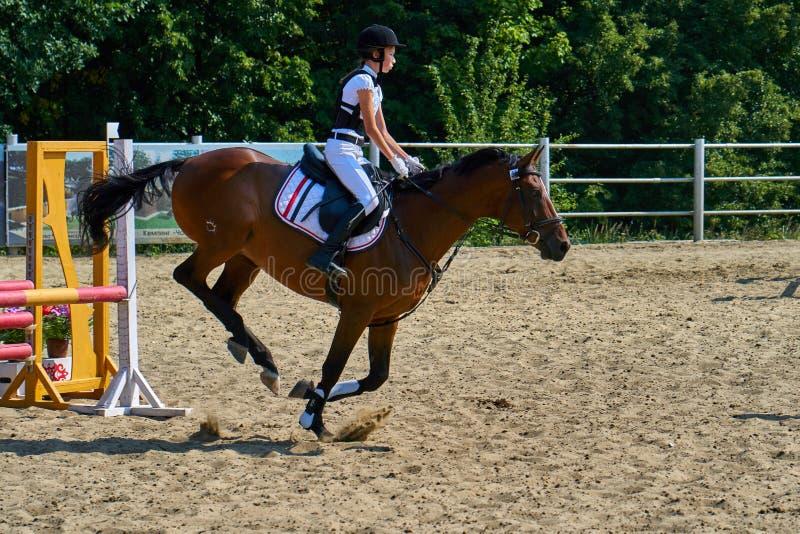 Undory Ulyanovsk region, Ryssland - September 2, 2018: Flickaryttaren som rider en häst, utför på rid- konkurrenser royaltyfri foto