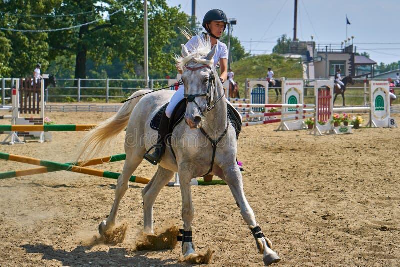 Undory Ulyanovsk region, Ryssland - September 2, 2018: Flickaryttaren som rider en häst, utför på rid- konkurrenser royaltyfria foton