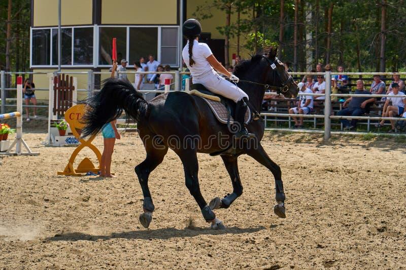 Undory Ulyanovsk region, Ryssland - September 2, 2018: Flickaryttaren som rider en häst, utför på rid- konkurrenser royaltyfria bilder
