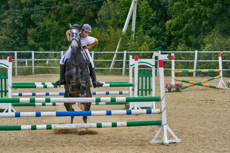 Undory Ulyanovsk region, Ryssland - September 2, 2018: Flickaryttaren som rider en häst, utför på rid- konkurrenser royaltyfri bild