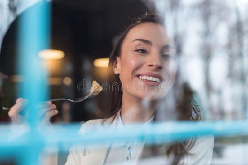 Undrad oemotståndlig kvinna som kopplar av under lunch arkivfoton