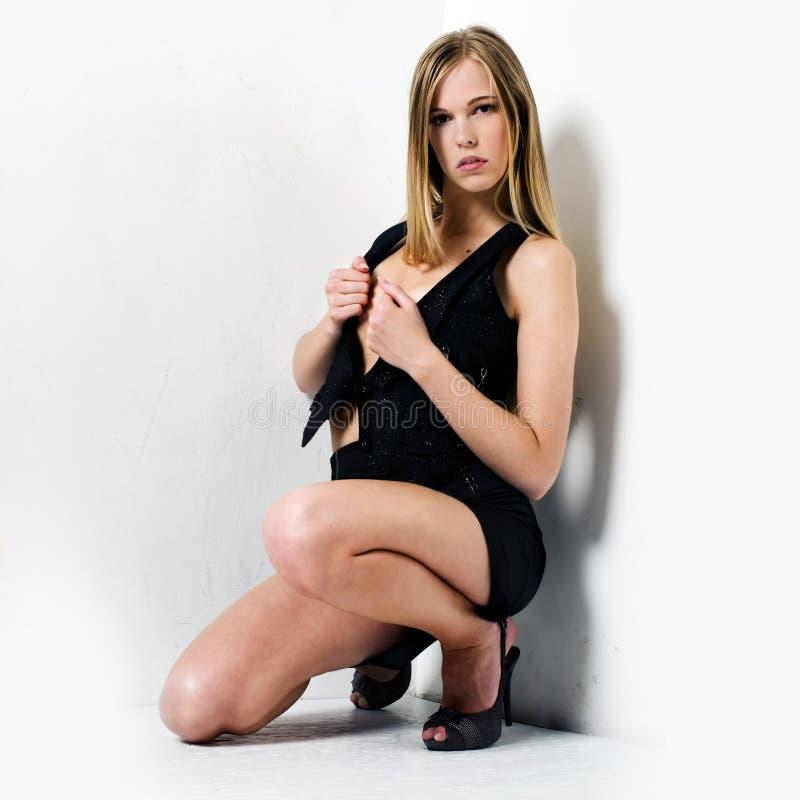 Undressing donna fotografie stock libere da diritti