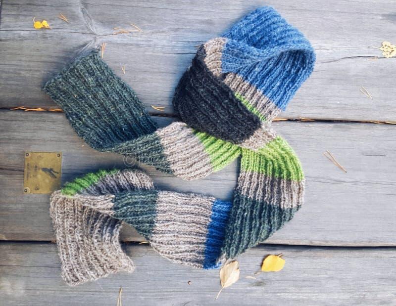 Une écharpe tricotée à la maison de laine pour la chute images stock