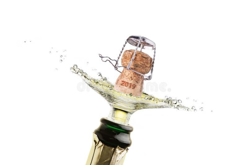 Une éclaboussure de liège avec le champagne ou le vin mousseux pendant la nouvelle année 2019 photographie stock libre de droits