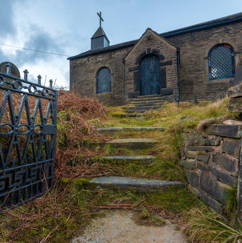Une église abandonnée cachée loin dans le secteur maximal, R-U images libres de droits
