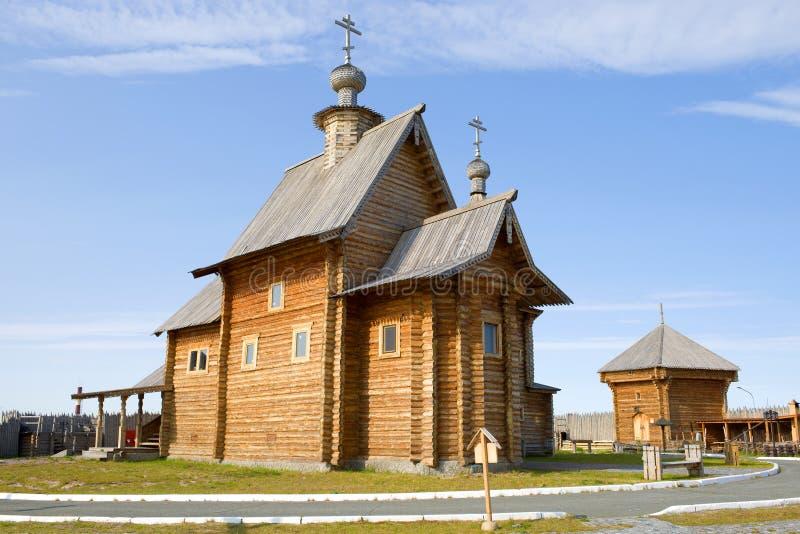 Une église en bois dans le ` complexe historique et architectural de prison d'Obdorsk de `, Salekhard images stock