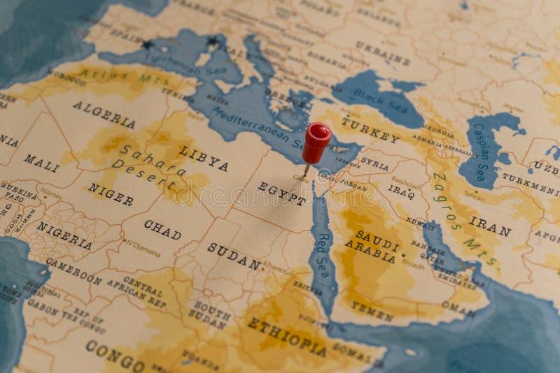 Une épingle sur le caire, l'égypte sur la carte du monde photos stock
