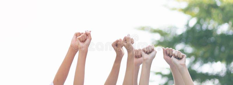 Une équipe d'affaires de main levée d'un groupe panoramique pour célébrer la victoire d'une entreprise photographie stock