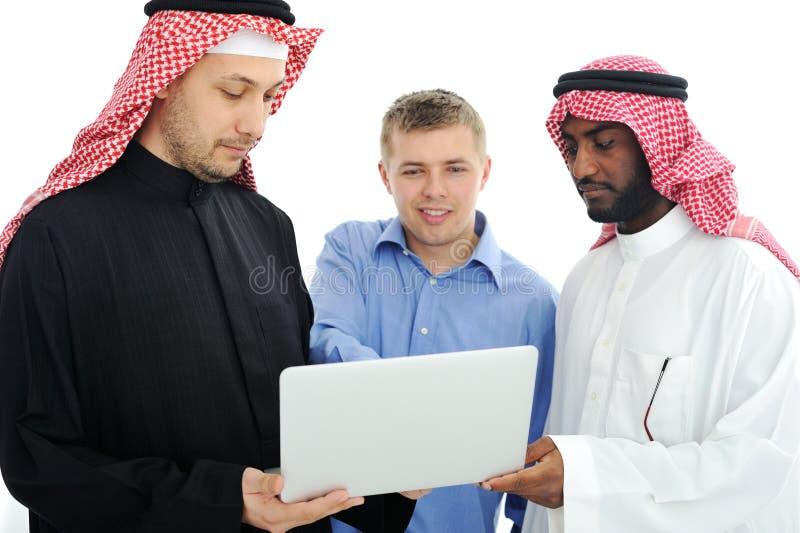 Une équipe d'affaires de trois prévoyant photos libres de droits